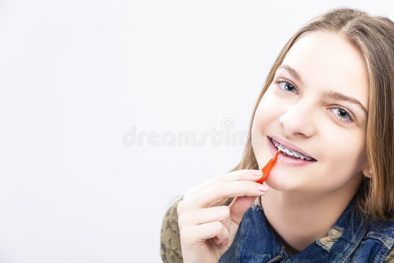 Zbliżenie portret Kaukaski Żeński nastolatek Z zębów brasami zdjęcia royalty free