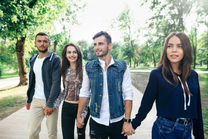 Zbliżenie portret Kaukaski młodych człowieków i kobiet przyjaciół outdoo zdjęcie royalty free