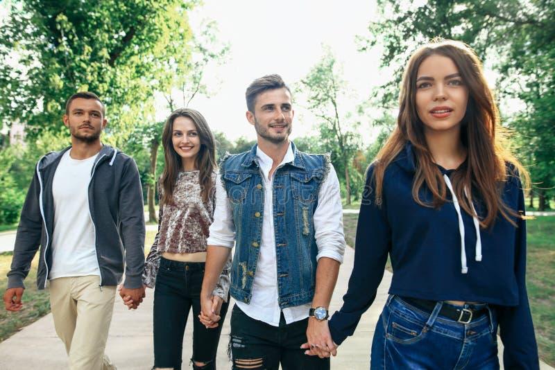 Zbliżenie portret Kaukaski młodych człowieków i kobiet przyjaciół outdoo fotografia royalty free