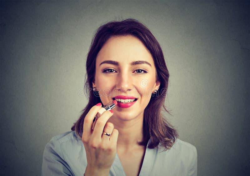 Zbliżenie portret kobieta stosuje makeup pomadkę zdjęcia stock