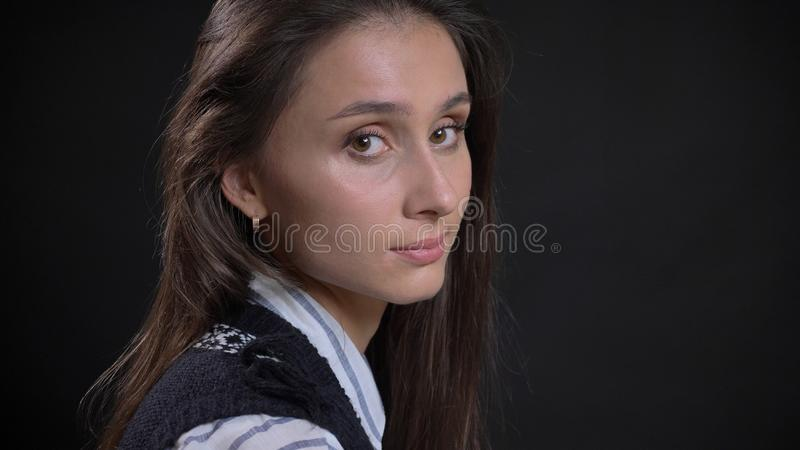 Zbliżenie portret młoda śliczna caucasian żeńska twarz z brązów oczami i brunetki włosiany przyglądający kręcenie kamera obraz royalty free