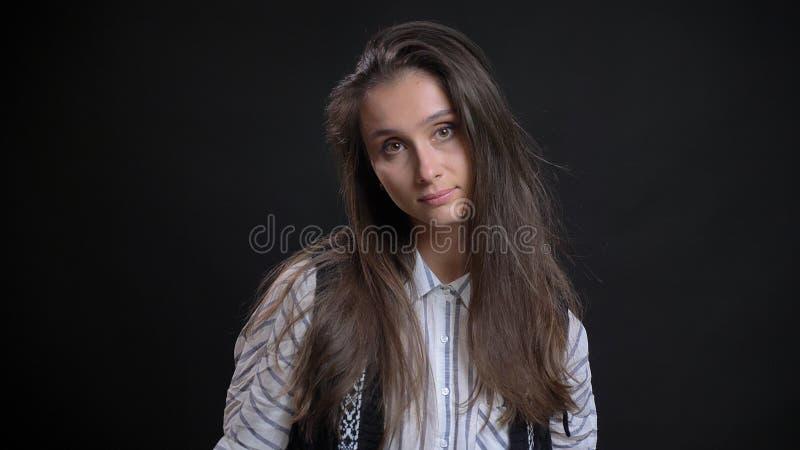 Zbliżenie portret młoda śliczna caucasian kobieta z brunetką włosianą opierający jej głowę strona i pozujący przed obrazy stock