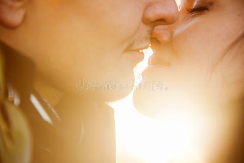 Zbliżenie portret młoda całowanie para obrazy royalty free