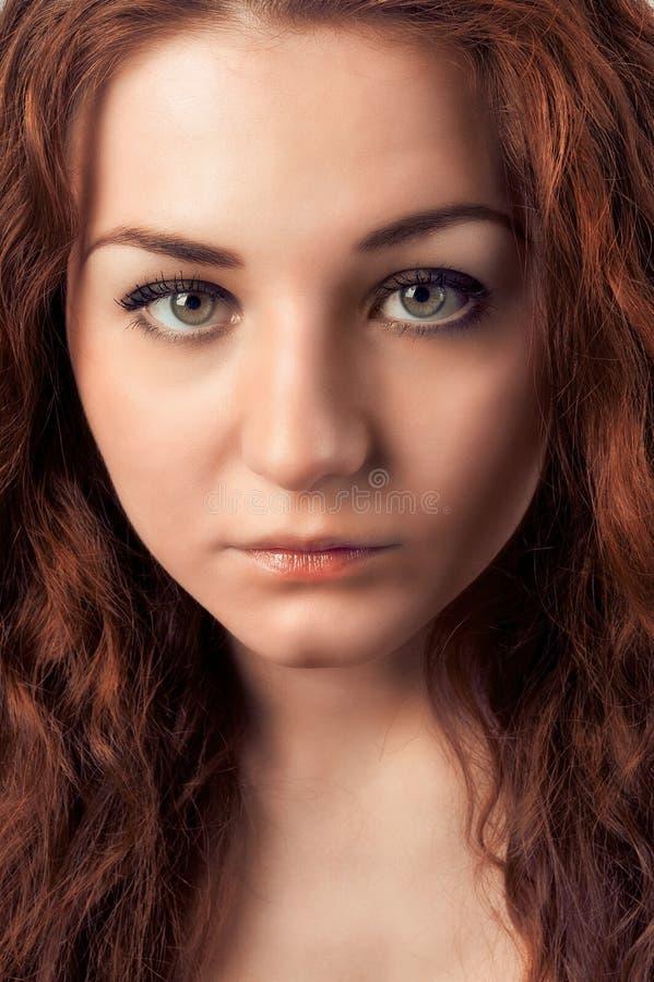 Zbliżenie portret młoda kobieta patrzeje kamerę z czerwonymi hairs obrazy royalty free