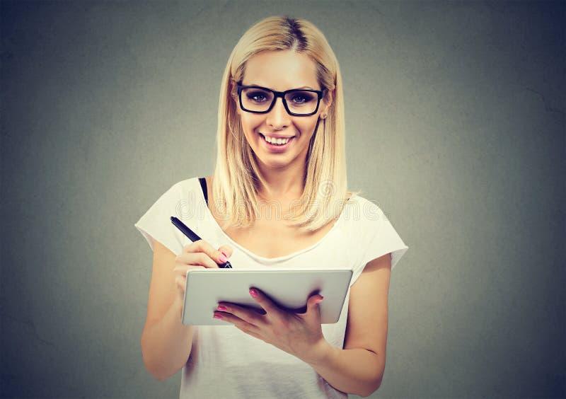 Zbliżenie portret młoda kobieta pracuje z stylus i cyfrowym pastylka komputerem osobistym fotografia stock