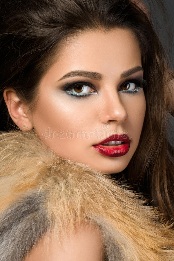Zbliżenie portret młoda piękna brunetki kobieta zdjęcia royalty free