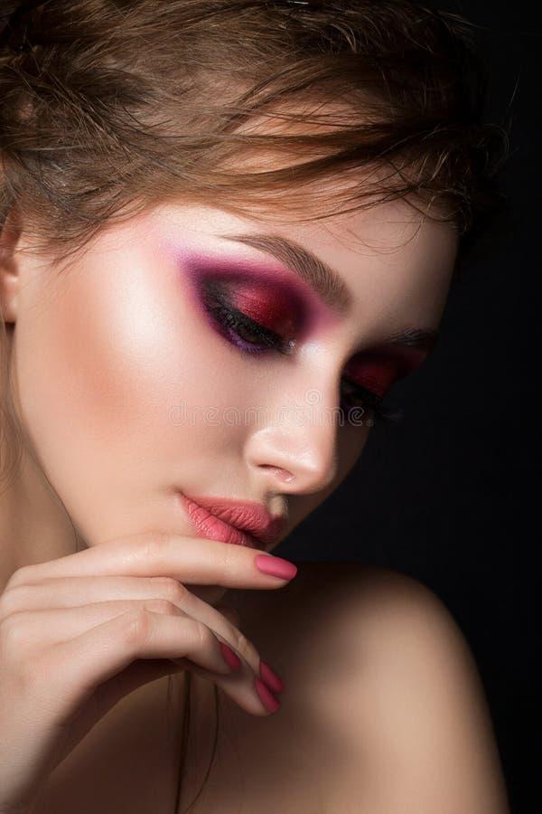 Zbliżenie portret młoda piękna kobieta z jaskrawym różowym makeu fotografia royalty free