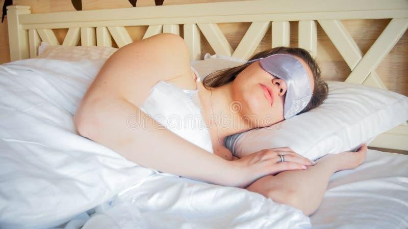 Zbliżenie portret młodej kobiety dosypianie z opaski maską fotografia stock