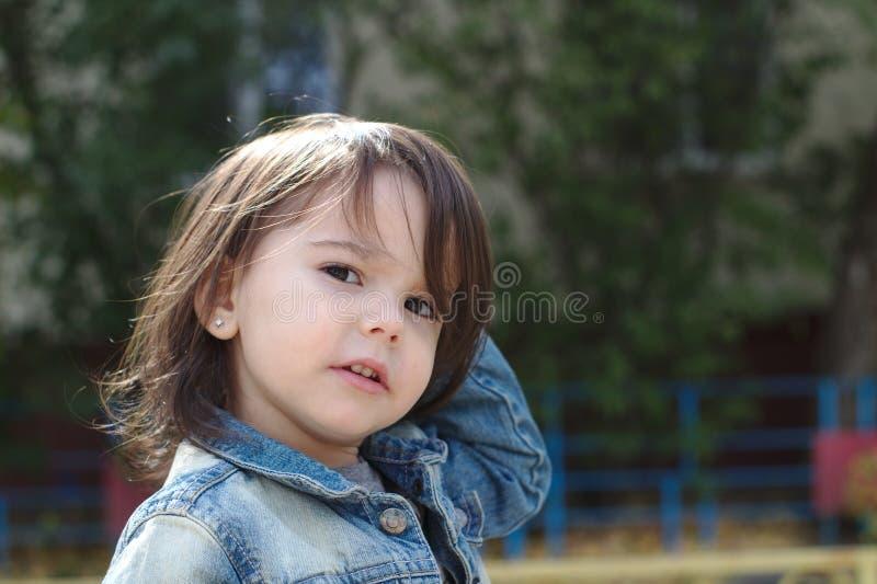 zbliżenie portret mała śliczna emocjonalna dziewczyna z pigtails w drelichowej kurtce obraz stock