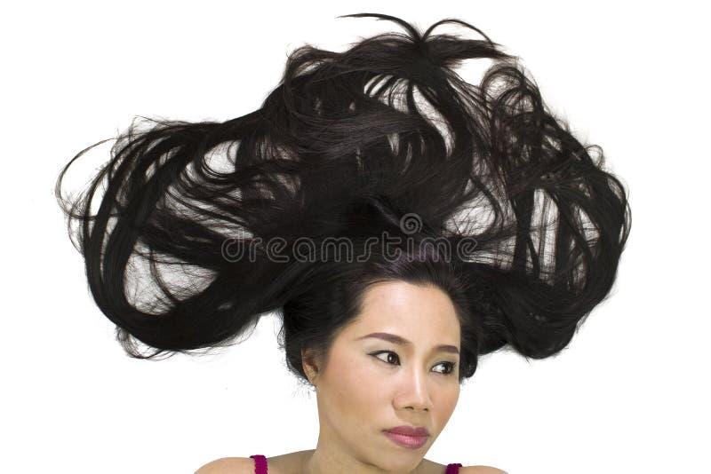 Zbliżenie portret markotne azjatykcie kobiety kłama na ziemi z czarny długie włosy postępować spęczenie, nieszczęśliwego obrazy royalty free