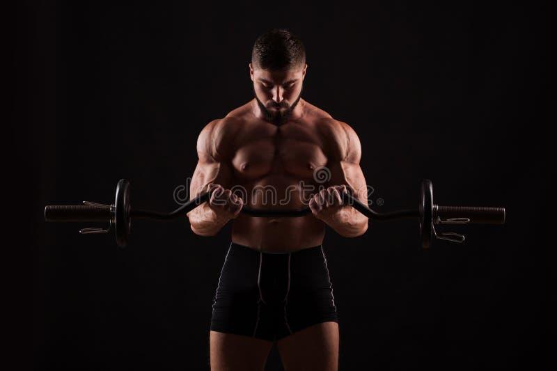 Zbliżenie portret mięśniowy mężczyzna trening z barbell przy gym zdjęcie royalty free