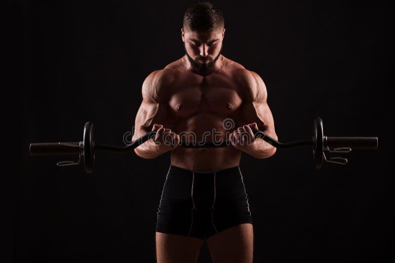 Zbliżenie portret mięśniowy mężczyzna trening z barbell przy gym zdjęcie stock