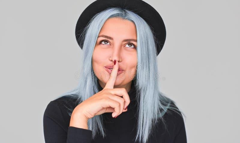 Zbliżenie portret nastolatek kobieta jest ubranym czerni ubrania, przedstawienie ciszy znak, przyglądający w górę, pyta utrzymywa fotografia stock