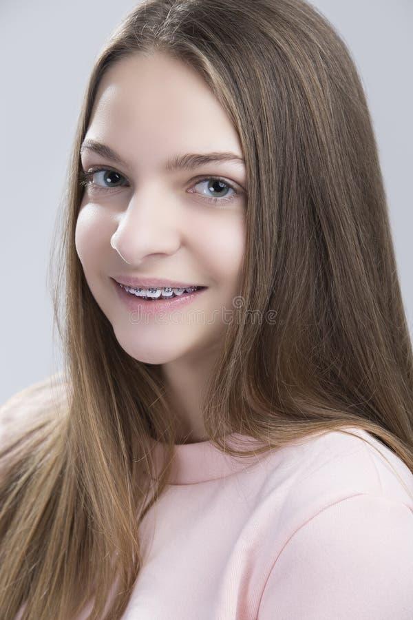 Zbliżenie portret Nastoletnia kobieta Ma zębów wsporniki zdjęcia royalty free