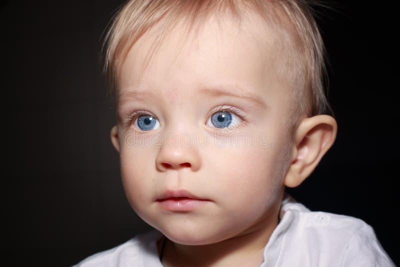 Zbliżenie portret odizolowywający na ciemnym tle uroczy dziecko zdjęcie royalty free
