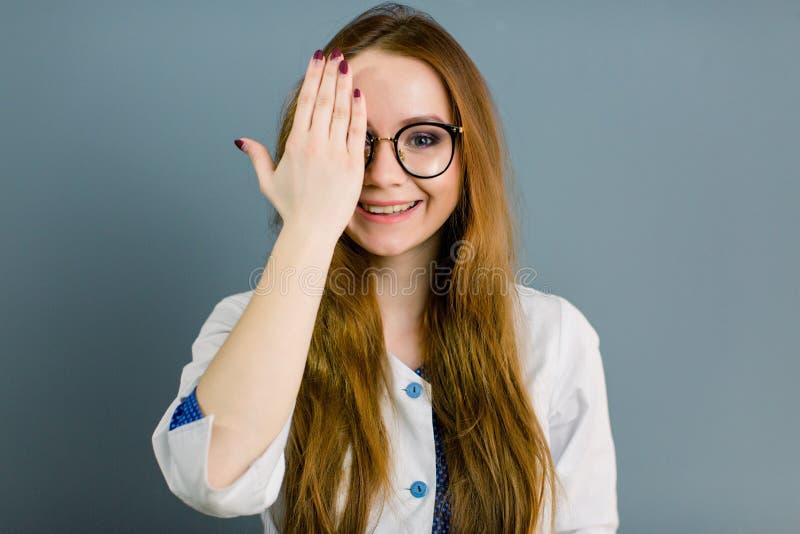 Zbliżenie portret, opieka zdrowotna profesjonalista z labcoat i ręki nakrycie życzliwa, uśmiechnięta ufna kobiety lekarka, zdjęcia royalty free
