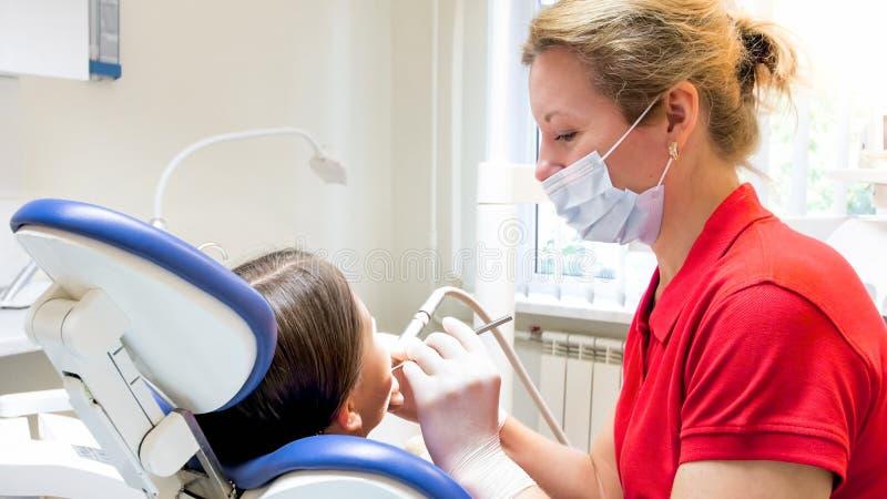 Zbliżenie portret pediatryczni dentysty częstowania dziewczyn zęby zdjęcia royalty free