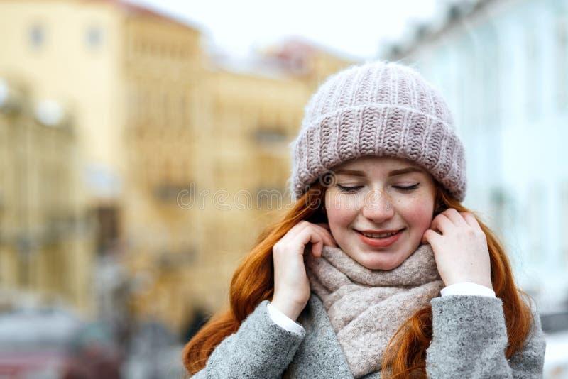 Zbliżenie portret piękna czerwona z włosami dziewczyna jest ubranym trykotowego wa fotografia stock