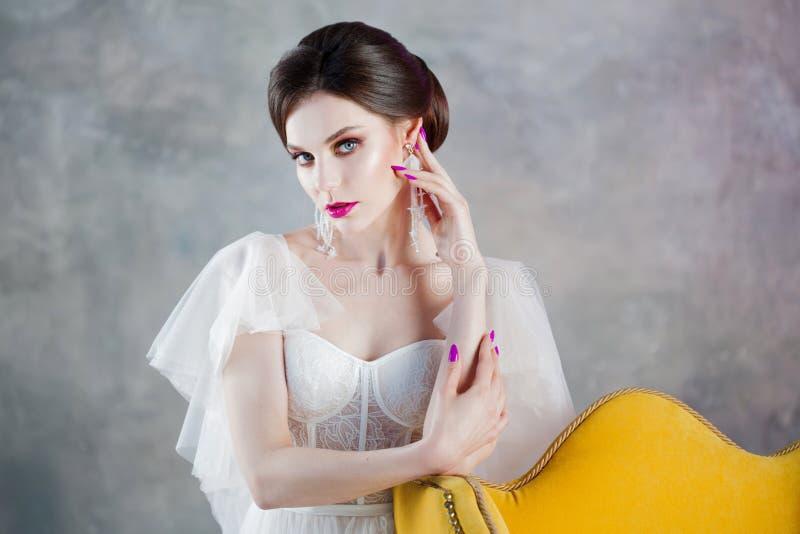 Zbliżenie portret Piękna i elegancka panna młoda w ślubnej sukni obraz stock