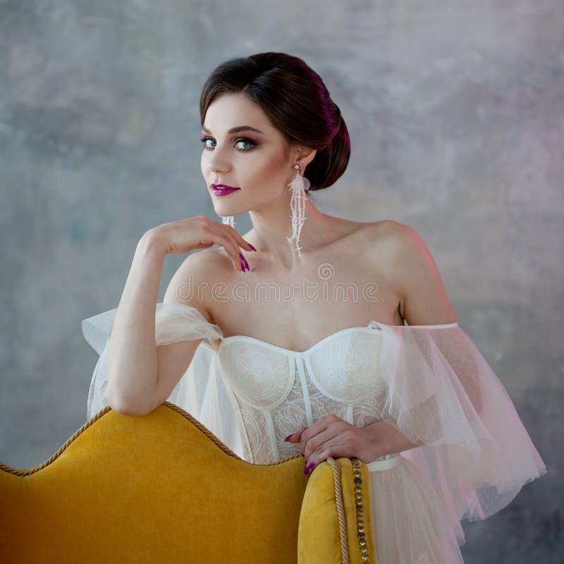 Zbliżenie portret Piękna i elegancka panna młoda w ślubnej sukni obrazy royalty free