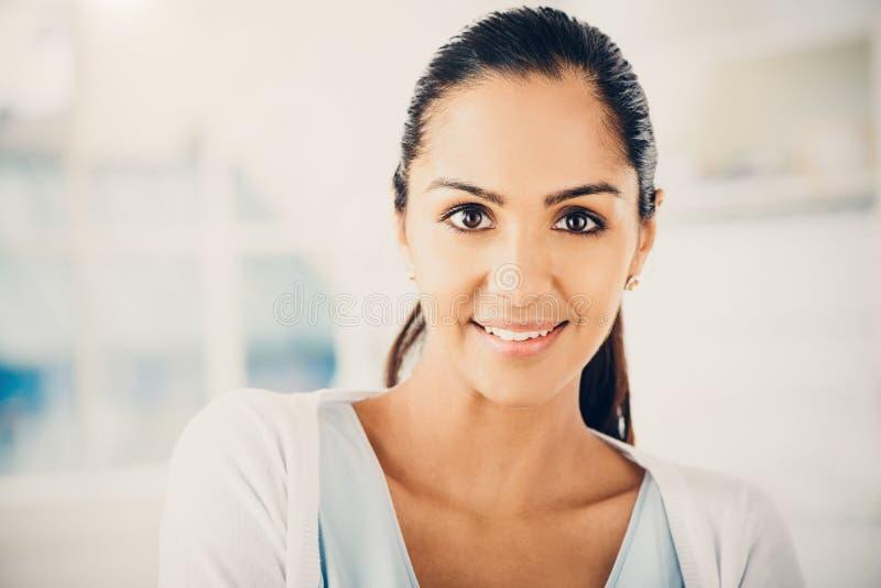 Zbliżenie portret piękna Indiańska kobieta ono uśmiecha się przy kamerą zdjęcie royalty free