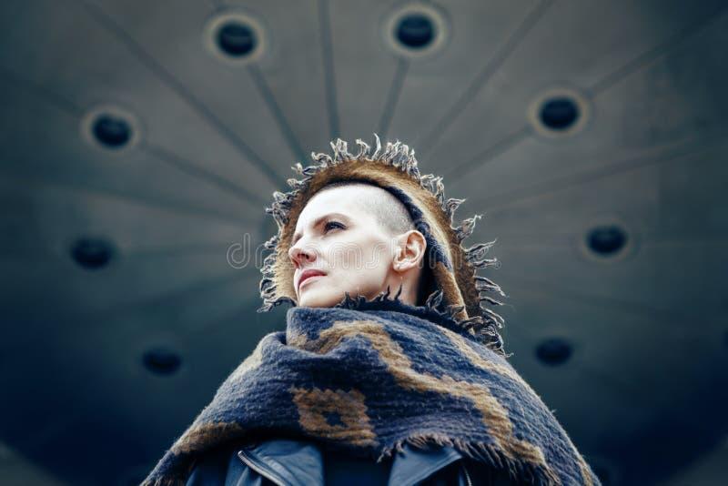 Zbliżenie portret piękna Kaukaska biała młoda łysa dziewczyny kobieta z ogoloną włosy głową w skórzanej kurtki i szalika chuscie zdjęcie royalty free