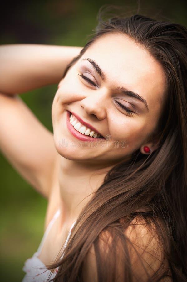 Zbliżenie portret piękna młoda kobieta ma szczęśliwego thoug obraz stock