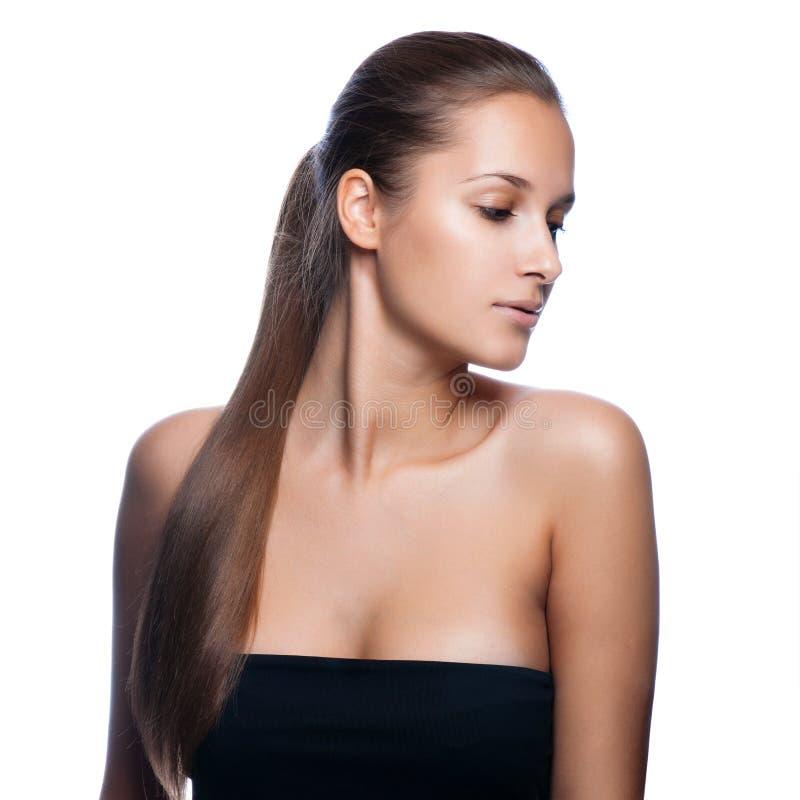 Zbliżenie portret piękna młoda kobieta z eleganckim długim błyszczącym włosy zdjęcia stock