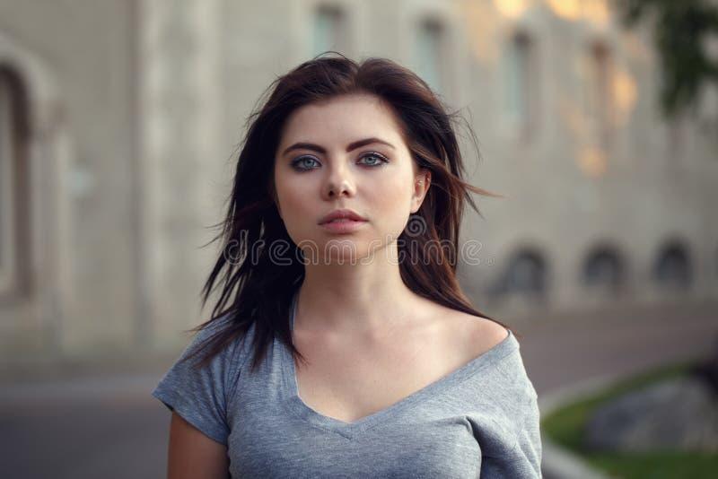 Zbliżenie portret piękna młoda seksowna Kaukaska kobieta z czerwonym czarni włosy, niebieskie oczy, patrzeje w kamerze zdjęcia stock