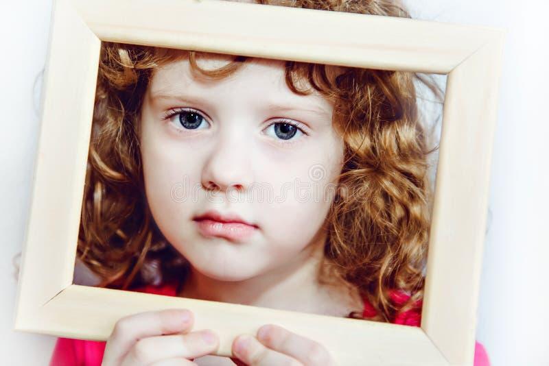 Zbliżenie portret piękna mała kędzierzawa dziewczyna fotografia stock
