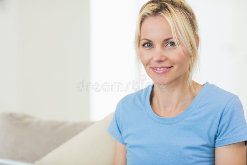 Zbliżenie portret piękna uśmiechnięta młoda kobieta zdjęcie royalty free