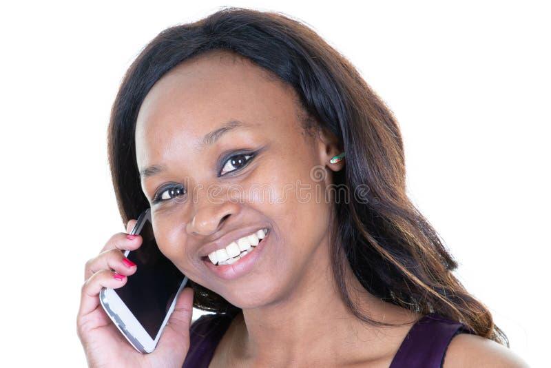 Zbliżenie portret Piękna Uśmiechnięta murzynka Z Smartphone Na Białym tle zdjęcie royalty free
