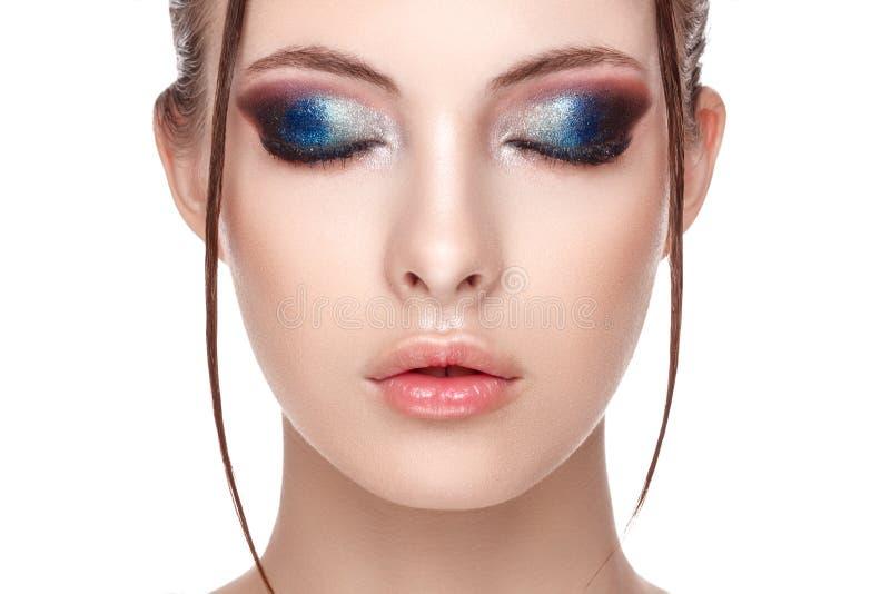 Zbliżenie portret piękni potomstwa modeluje z pięknym wspaniałym makeup mokrym skutkiem na jej twarzy i ciałem, oczy zamykający,  obrazy stock