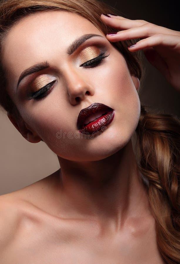 Zbliżenie portret piękny elegancki młoda kobieta model z br obrazy stock