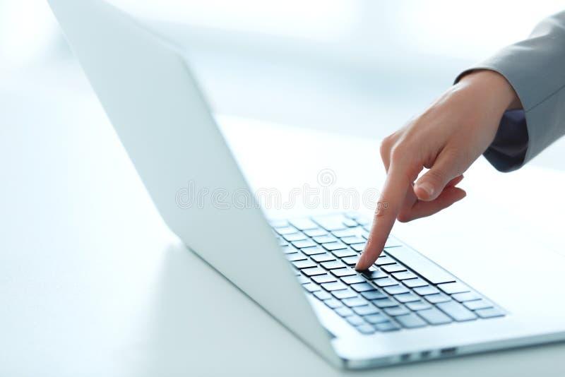 Zbliżenie portret Pisać na maszynie na Komputerowej klawiaturze kobiety ręka fotografia royalty free