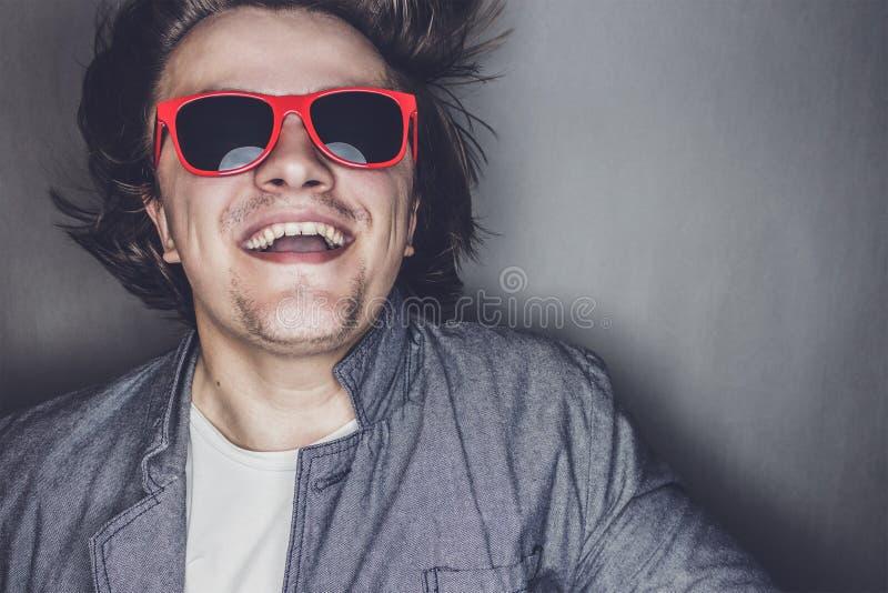 Zbliżenie portret przypadkowy młody człowiek z okularami przeciwsłonecznymi obraz royalty free