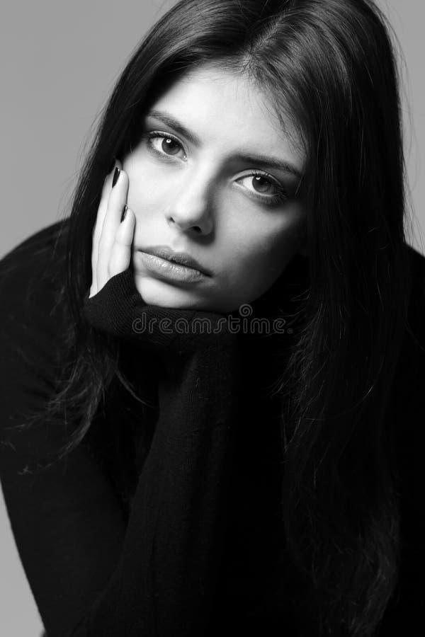 Zbliżenie portret rozważna kobieta zdjęcia royalty free