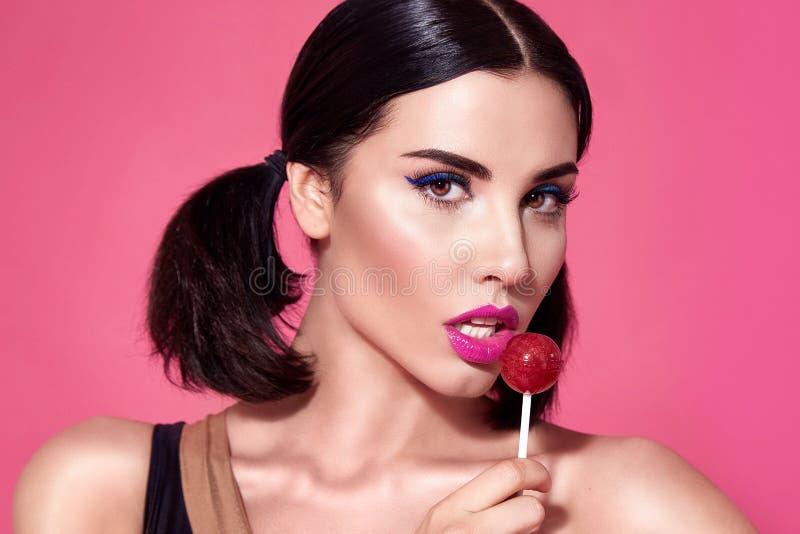 Zbliżenie portret seksownej pięknej kobiety brunetki włosiany styl na fotografia stock