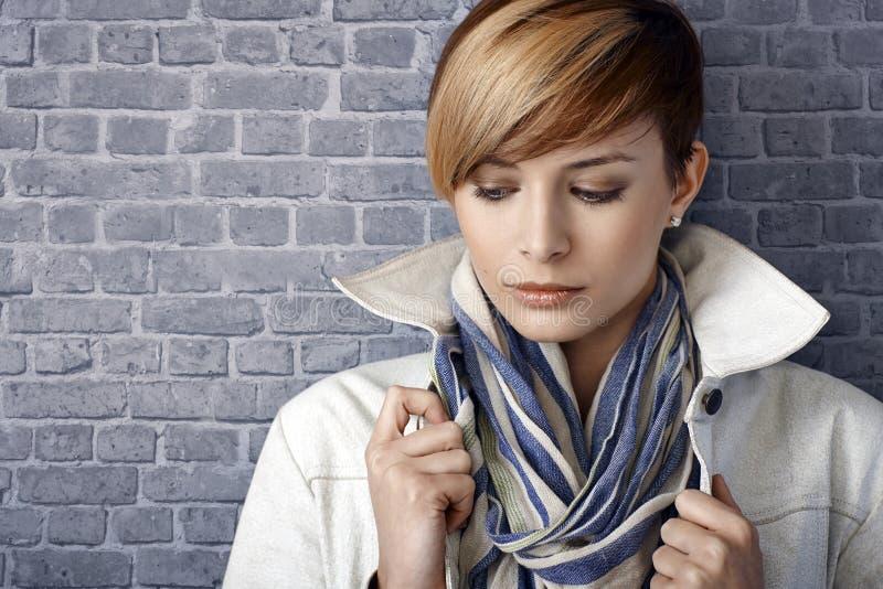 Zbliżenie portret smutna młoda kobieta, patrzeje w dół fotografia stock