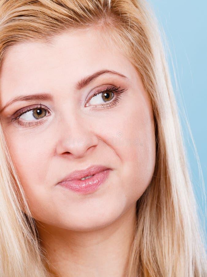 Zbliżenie portret szczęśliwa atrakcyjna blondynki kobieta zdjęcia stock