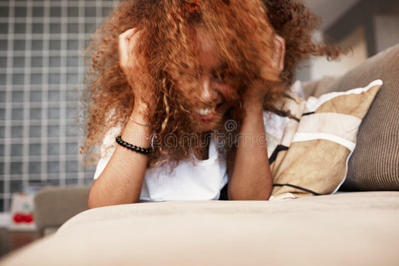 Zbliżenie portret szczęśliwa młoda Amerykańska Afrykańska dziewczyna relaksuje z długim kędzierzawym włosy i zabawę samotnie na k obraz royalty free