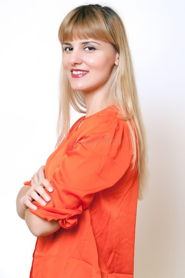 Zbliżenie portret szczęśliwa młoda kobieta ono uśmiecha się na whit zdjęcia stock