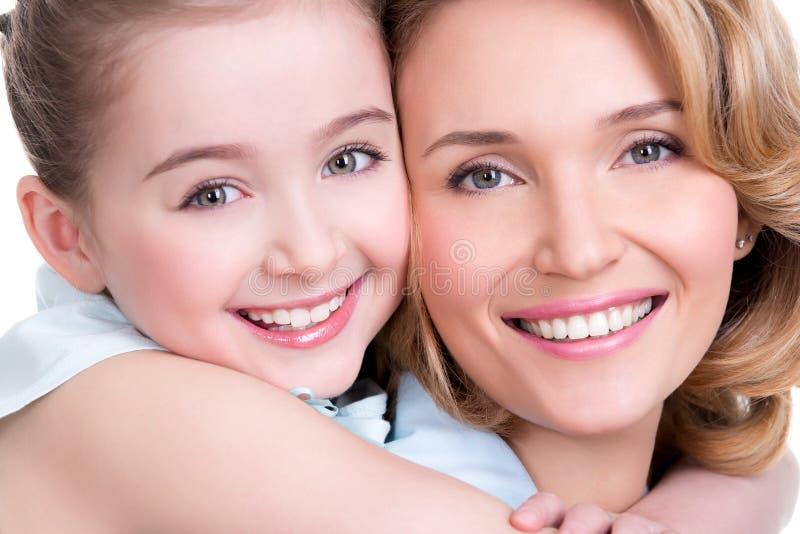 Zbliżenie portret szczęśliwa matka i potomstwo córka zdjęcie stock