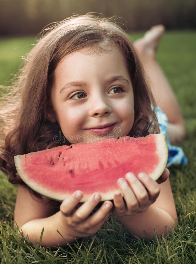 Zbliżenie portret uśmiechnięty dziewczyny mienia arbuza plasterek w zdjęcia royalty free