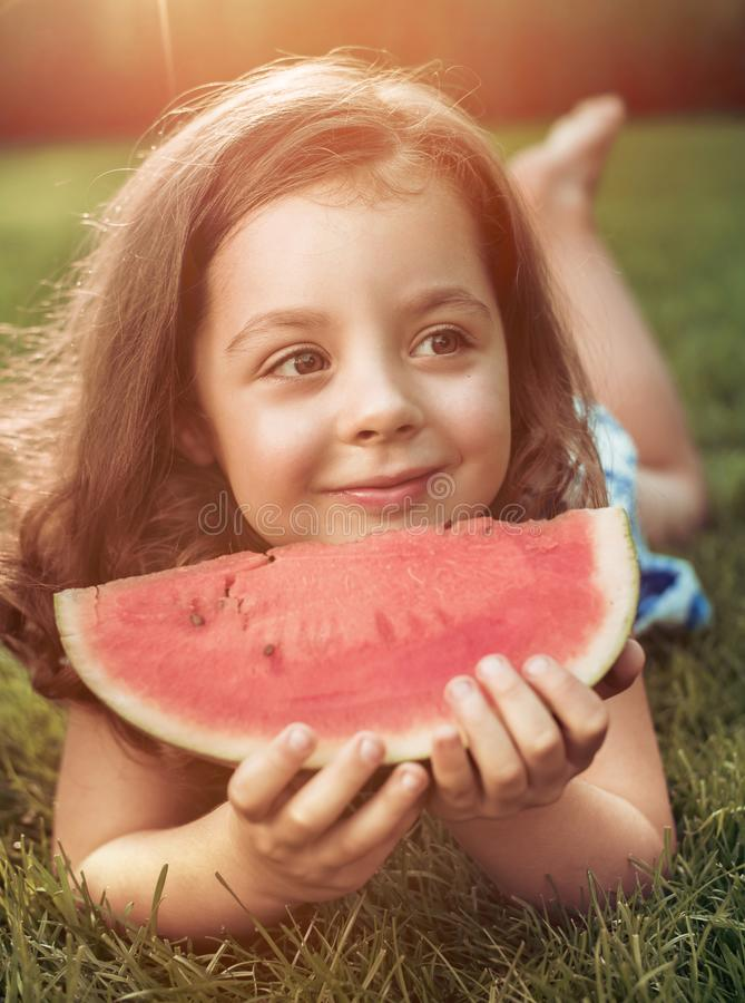 Zbliżenie portret uśmiechnięty dziewczyny mienia arbuza plasterek w zdjęcie stock