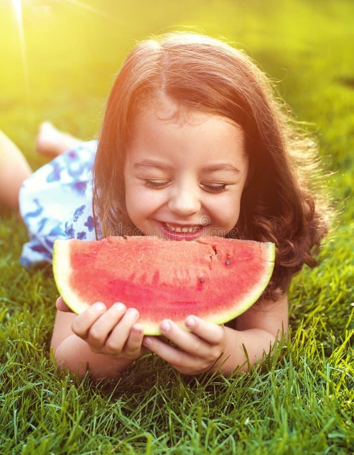 Zbliżenie portret uśmiechnięty dziewczyny mienia arbuza plasterek w zdjęcie royalty free