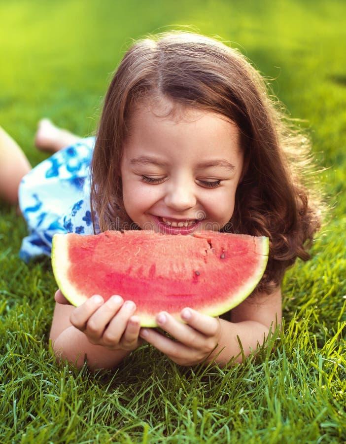 Zbliżenie portret uśmiechnięty dziewczyny mienia arbuza plasterek w fotografia royalty free