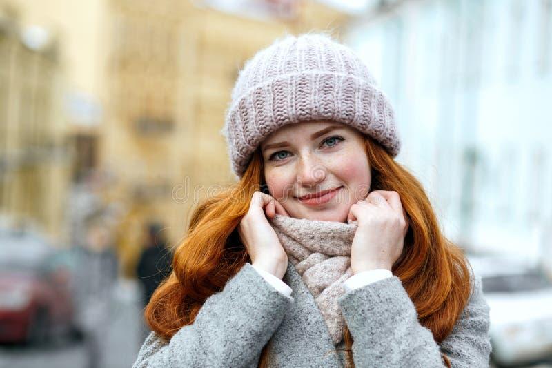 Zbliżenie portret urocza czerwona z włosami dziewczyna jest ubranym dziający ciepłego fotografia stock