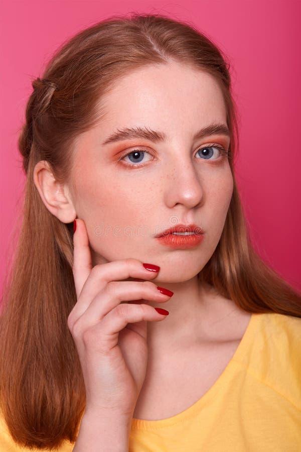 Zbliżenie portret urocze młode nastolatek dziewczyny pozy w fotografii studiu, poważnego wyraz twarzy, spojrzenia przy kamerą, ut obrazy royalty free