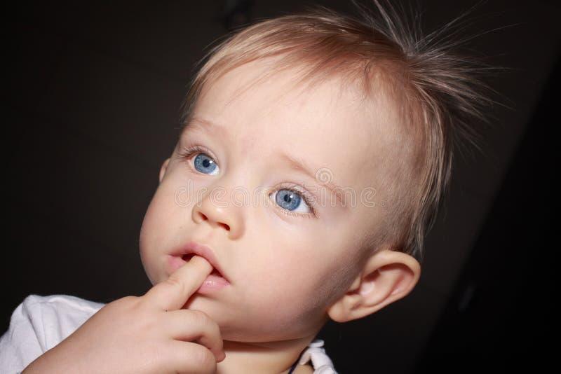 Zbliżenie portret uroczy dziecko na ciemnym tle obraz royalty free